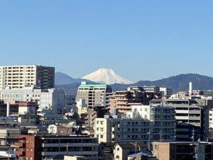 川沿いの部屋から見える富士山